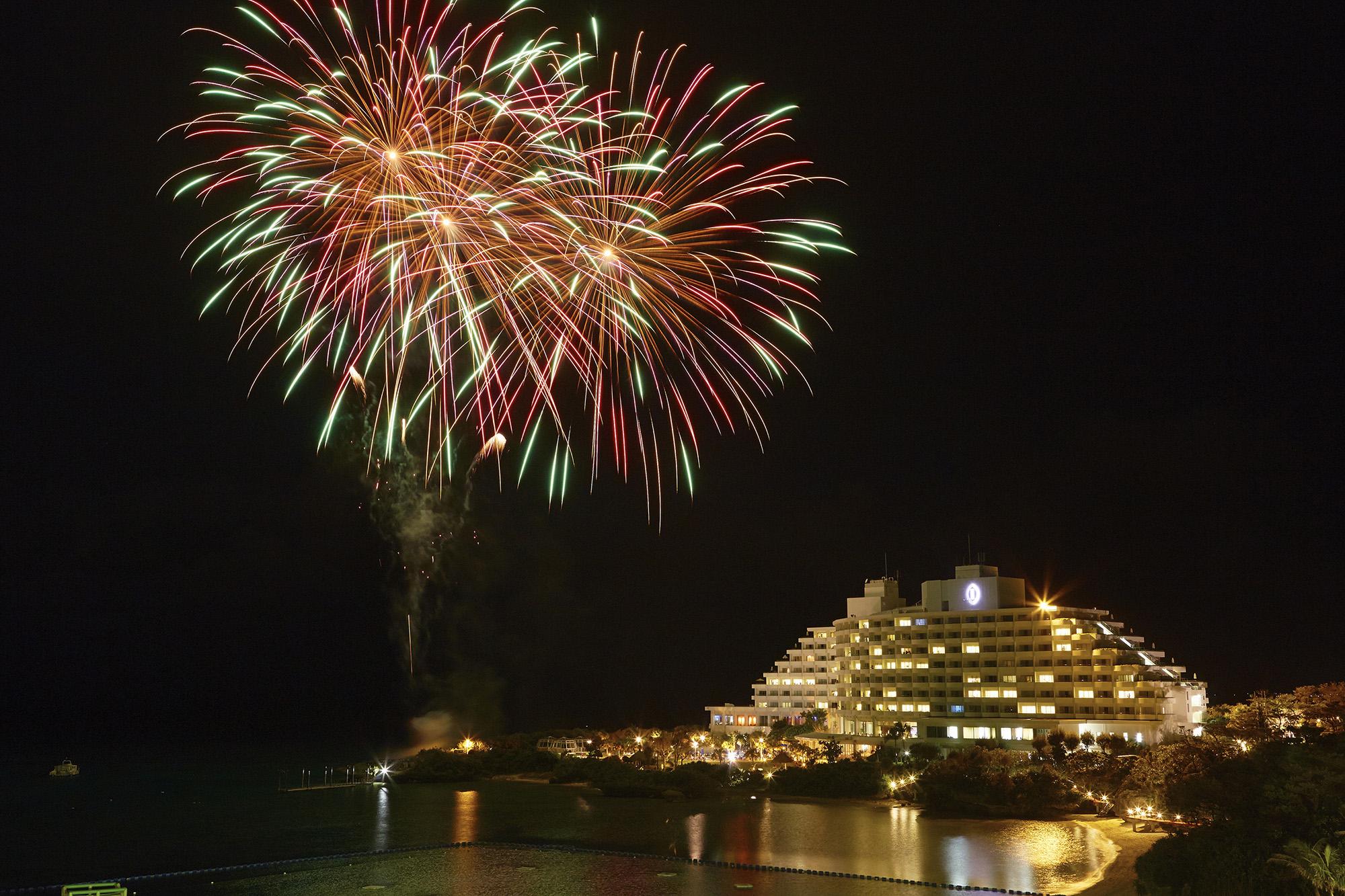 万座サマーイベント2017 ANAインターコンチネンタル万座ビーチで花火の打ち上げ