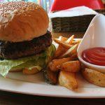 恩納村ムーンビーチ 「島バーグと島カレー」で石垣牛のハンバーガーをいただく